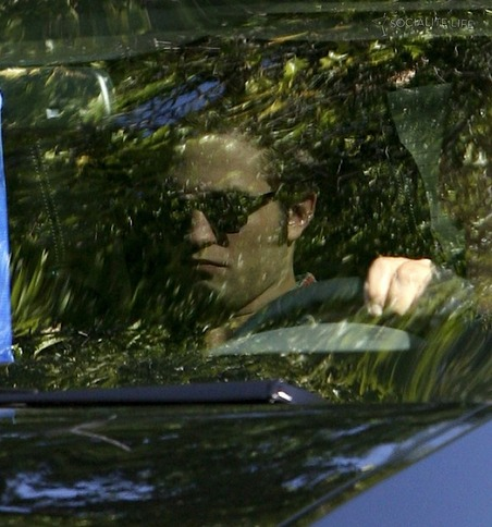 gallery_main-robert-pattinson-arrives-eclipse-set-08272009-01
